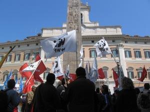 La manifestazione delle associazioni in corso davanti al Parlamento
