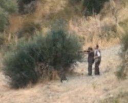 Ragazzino con il fucile nella campagna di Caltanissetta