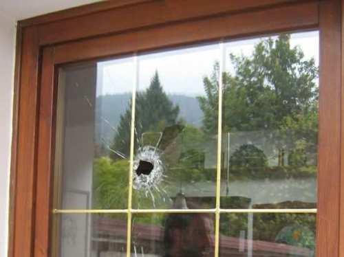 Una finestra colpita da un proiettile di grosso calibro